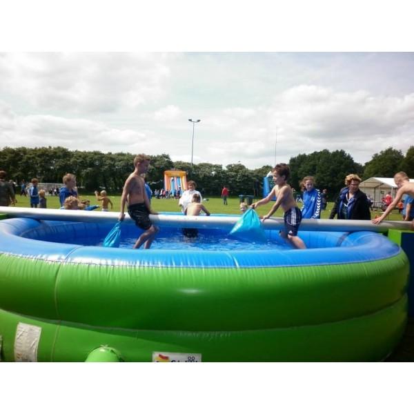 Zwembad met evenwichtsbalk